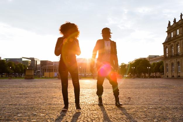 Couple afro-américain se promener dans la ville