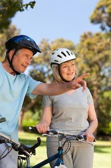 Couple âgé avec leurs vélos
