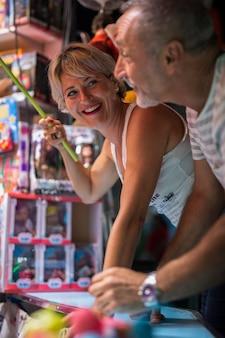 Couple d'âge moyen appréciant le jeu