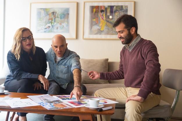 Couple d'âge moyen discuter de projet de rénovation