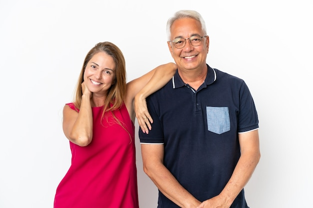 Couple d'âge moyen isolé sur fond blanc heureux et riant
