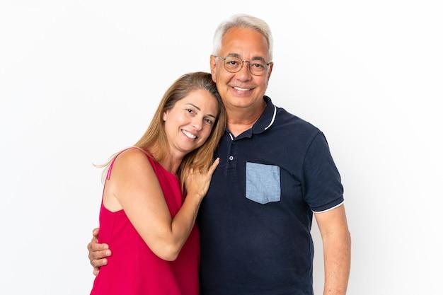 Couple d'âge moyen isolé sur fond blanc en riant