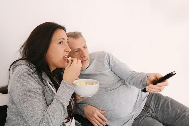 Couple d'âge moyen en regardant un film à la télévision