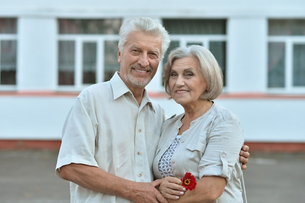 Couple d'âge mûr aimant près de la maison en été