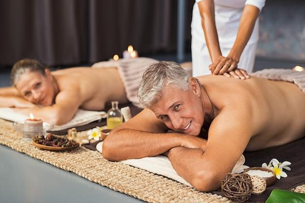 Couple d'âge mûr au spa se faire masser