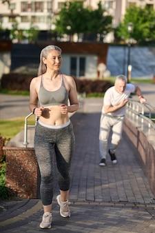 Un couple d'âge mûr ayant leur jogging matinal dans le parc