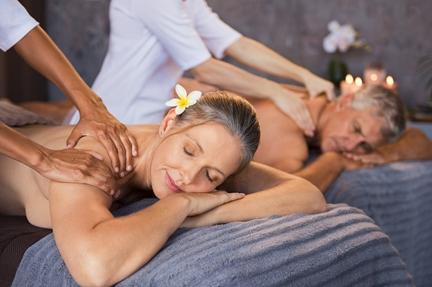 Couple d'âge mûr ayant un massage au spa