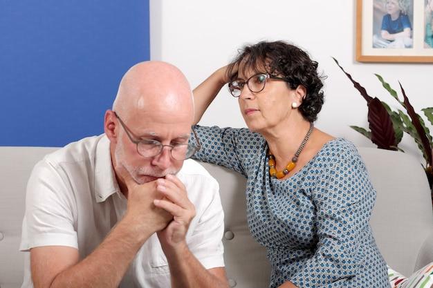 Couple d'âge mûr ayant des problèmes à la maison