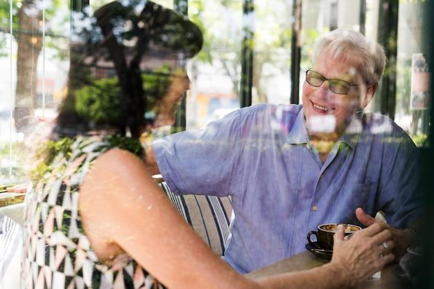 Couple d'âge mûr boire un café ensemble