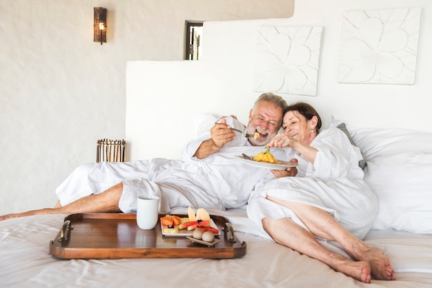Couple d'âge mûr dans une chambre d'hôtel de luxe