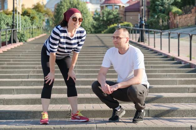 Couple d'âge mûr dans la ville près des escaliers