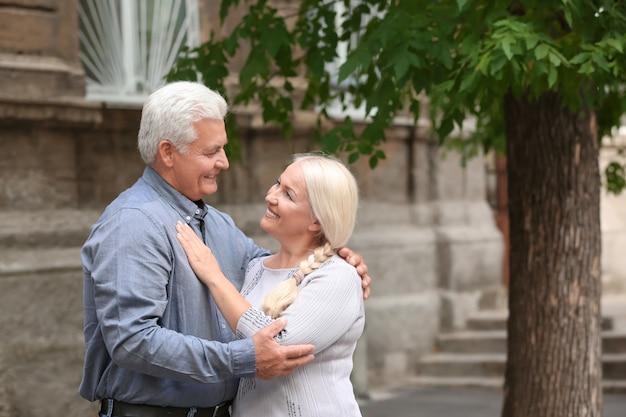 Couple d'âge mûr ensemble à l'extérieur