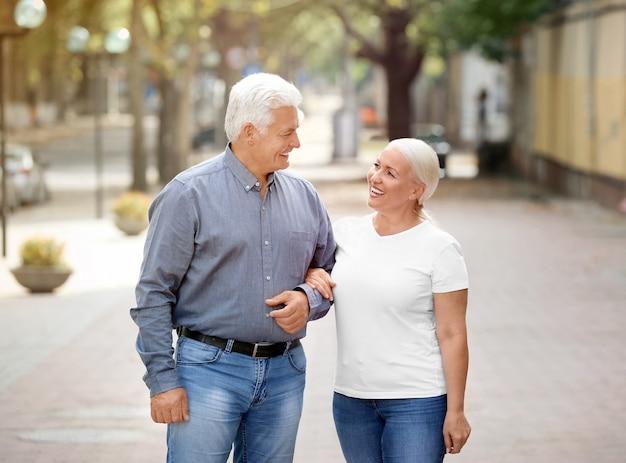 Couple d'âge mûr marchant ensemble à l'extérieur