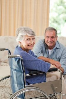 Couple d'âge mûr en regardant la caméra