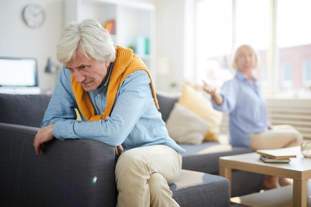 Couple D'âge Mûr Se Battre Photo Premium