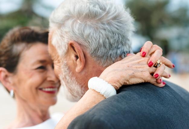 Couple d'âge mûr se marier à la plage