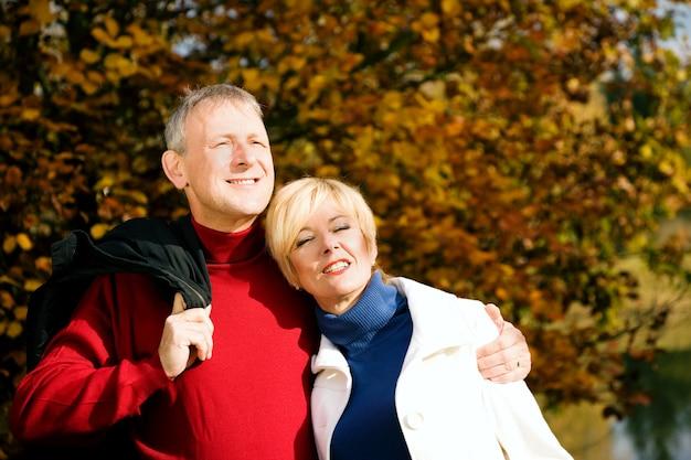 Couple d'âge mûr se promener