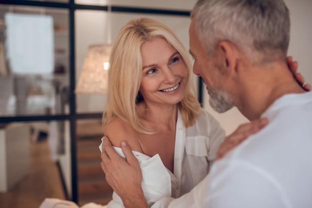 Couple d'âge mûr se regarder et se sentir amoureux