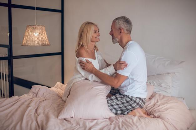 Couple d'âge mûr se regarder et se sentir romantique