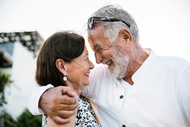 Couple d'âge mûr en vacances dans un complexe