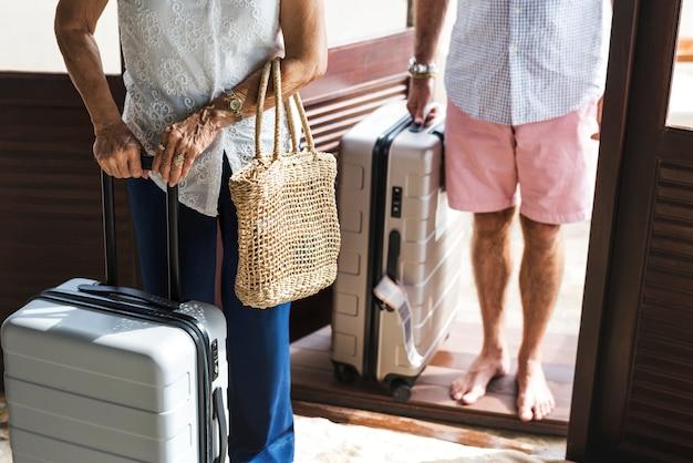 Couple d'âge mûr en vacances dans une station