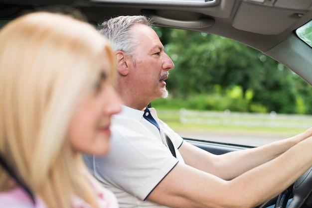 Couple d'âge mûr voyager dans leur voiture