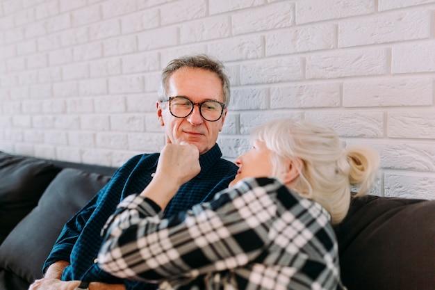 Couple âgé, séance, dans, maison de retraite