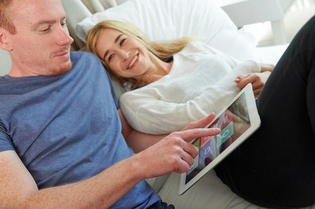 Couple à l'aide de l'application maison intelligente