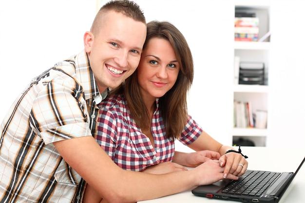 Couple à l'aide d'un ordinateur portable ensemble
