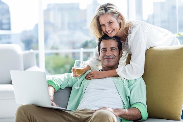 Couple à l'aide d'un ordinateur portable à la maison