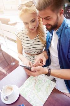 Couple à l'aide de smartphone dans le café