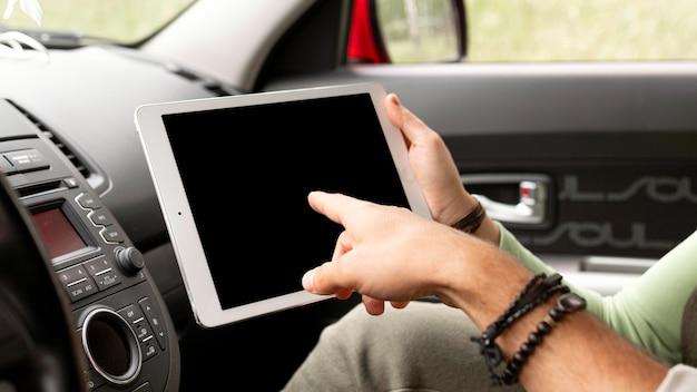 Couple à l'aide de tablette en voiture