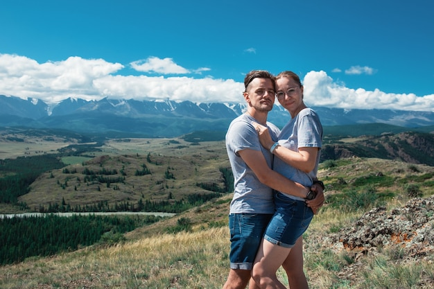 Couple aimant ensemble sur la montagne de l'altaï en regardant une vue