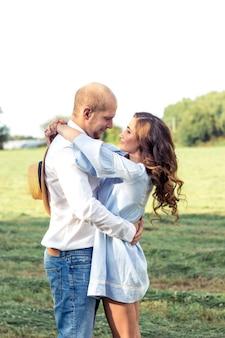 Un couple aimant se promène dans les champs. couple heureux. mariage. l'amour.