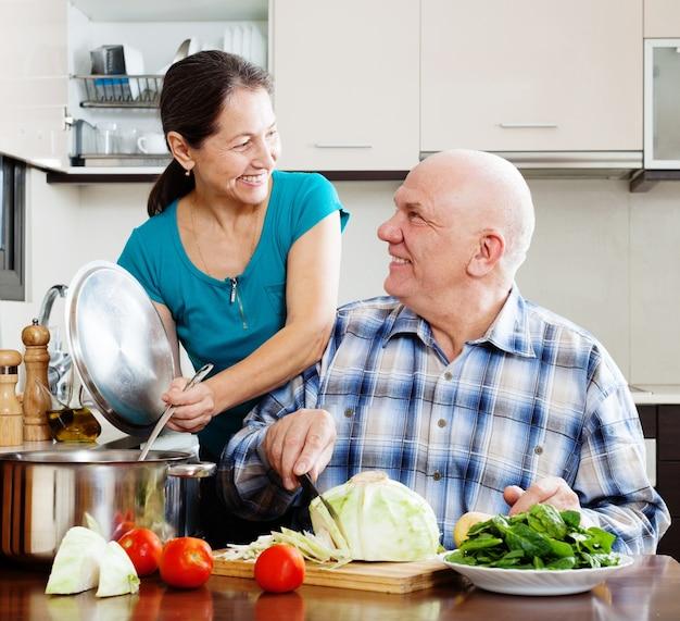 Couple aîné, cuisine, déjeuner végétarien