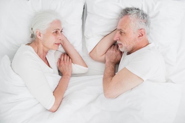 Couple aîné, reposer, lit