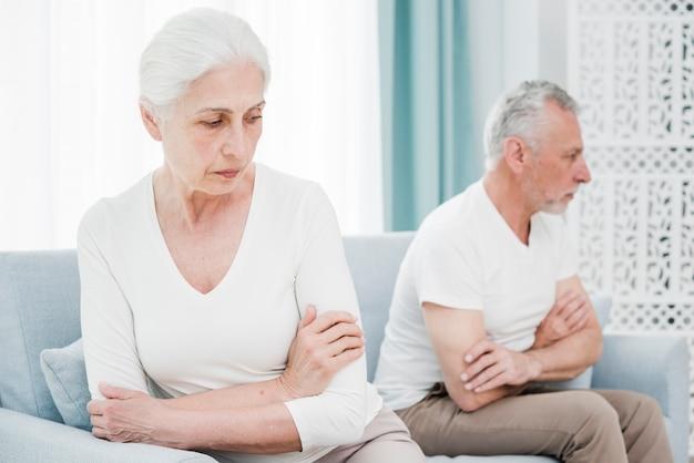 Couple d'aînés en colère l'un contre l'autre