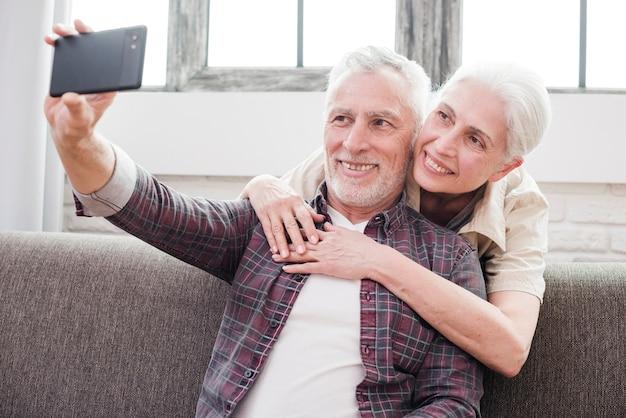 Couple d'aînés faisant un selfie