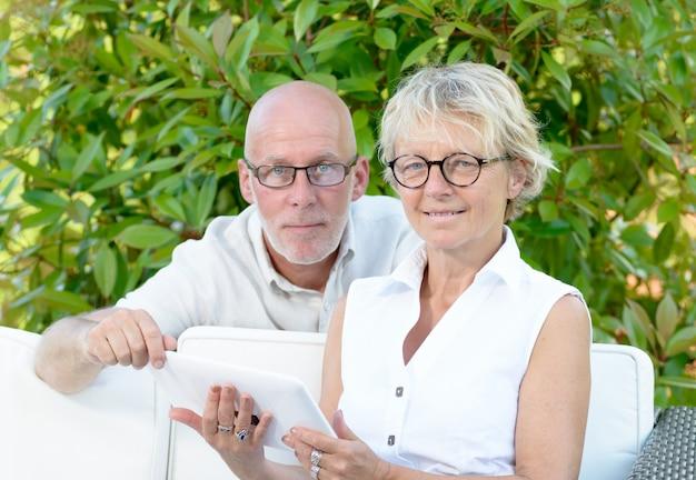 Couple, aînés, regarder, tablette numérique