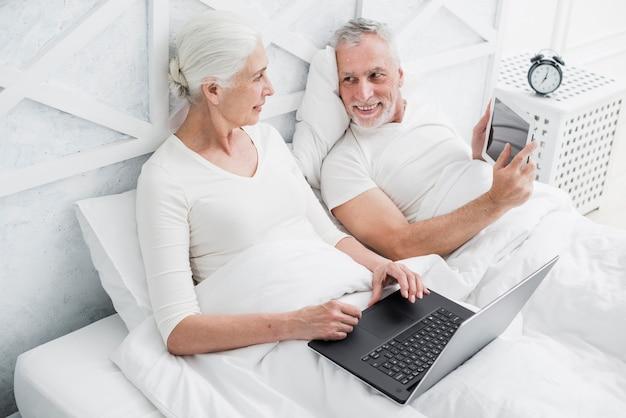 Couple d'aînés utilisant un ordinateur portable