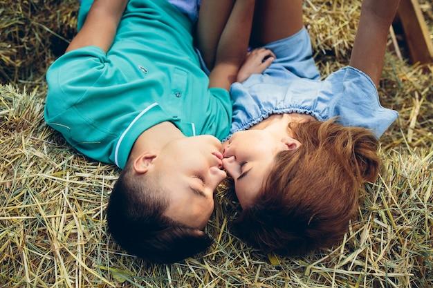 Couple allongé sur une botte de foin