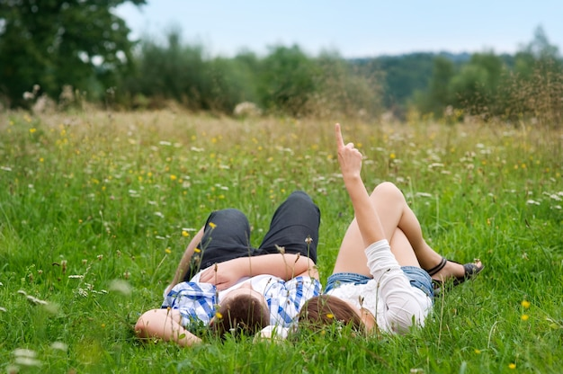 Couple allongé dans le pré