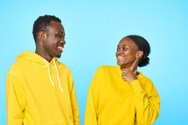 Couple américain africain, sourire, à, autre