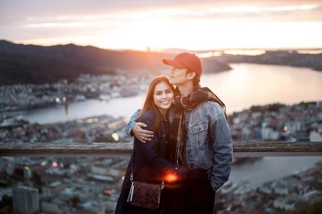 Couple d'amour aime voyager à bergen, norvège
