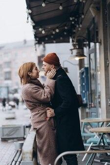 Couple d'amoureux adultes marchant dans une rue
