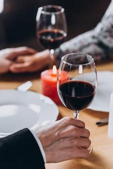 Couple d'amoureux d'âge moyen avoir un dîner romantique close-up