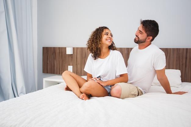 Couple d'amoureux amoureux dans une chambre d'hôtel ou de motel. la saint-valentin