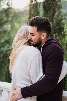 Couple amoureux en appréciant les uns les autres