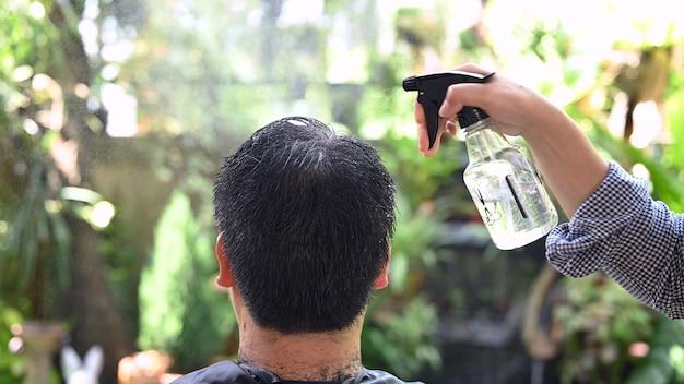 Couple d'amoureux asiatique faisant une coupe de cheveux pour rafraîchir son apparence à la maison. salon et salon de coiffure dans le jardin.