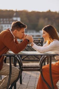 Couple amoureux au bord du lac